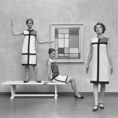 ok i love Saint Laurent and I love Piet Mondrian so BLESS. Yves Saint Laurent's De Stijl collection in front of a Piet - 1966 Piet Mondrian, Mondrian Dress, Vintage Chic, Moda Vintage, Vintage Vogue, Vintage Fashion, Vintage Couture, Vintage Models, Saint Laurent Paris