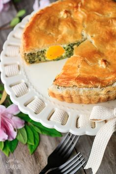Torta Pasqualina: this Italian Easter pie is packed with spinach, three cheeses, and whole eggs to creat a stunning main dish for your Easter dinner. It's made with rough puff pastry and is vegetarian. You need to put this pie on your Easter menu! Easter Dinner Recipes, Appetizer Recipes, Easter Brunch, Catering Recipes, Mini Appetizers, Quiche Recipes, Easter Main Dishes, Italian Easter Pie, Vegetarian Pie