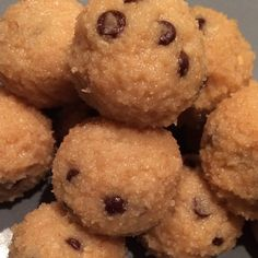 """As promised - here is the recipe for my """"COOKIE DOUGH BALLS"""" 1⃣Mix in a bowl: ➡️ 20g oat bran ➡️ 30g coconut flour ➡️ 1 scoop (30g) vanilla whey ➡️ 25g natural peanut butter ➡️ 1 eggwhite ➡️ 15g cacao nibs ➡️ 10g agave syrup ➡️ ~50ml almond milk  2⃣ form small balls 3⃣ place in the freezer for ~30min. and enjoy!"""