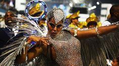 Adriana Bombom no desfile da Nenê de Vila Matilde, em São Paulo