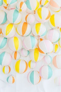 A DIY beach ball backdrop that will definitely make a major statement at all of your summer get togethers! Party Box, Diy Party, Party Time, Party Ideas, Beach Party Decor, Vintage Beach Party, Pool Party Themes, Summer Party Themes, Pool Party Decorations