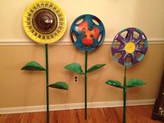 Painted hubcap garden art flowers by Stacey Marie via empressofdirt on Facebook #gardenart #recycled #diy