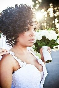 Polliany: Natural Hair Bride.  I just love the way she style her hair! I will probably do the same for my wedding :o)
