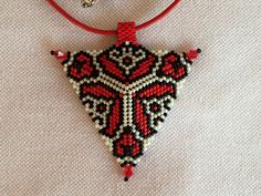 Peyote triangle pendant redblack and white by NokedliGizibeads on etsy.com