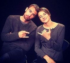 Theo tried to copy Shai's fingers but totally failed LMFAO Divergent Movie Cast, Divergent Trilogy, Divergent Insurgent Allegiant, Divergent Fandom, Tfios, Veronica Roth Books, Shailene Woodly, Theo James, Theodore James