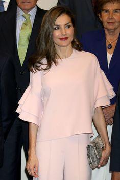 La reina Letizia estrena un top de Zara que ya llevó una princesa, ¿con quién comparte 'look'? Look Zara, Mother Of The Bride Suits, Latest African Fashion Dresses, Evening Dresses For Weddings, Mom Dress, Looks Chic, Queen Letizia, Pink Outfits, Fashion Fabric