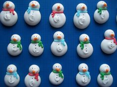 Royal icing snowmen cupcake toppers by SweetSarahsBoutique (chocolate icing for cake cupcake toppers) Christmas Cake Pops, Christmas Topper, Christmas Desserts, Christmas Baking, Winter Christmas, Christmas Tree, Royal Icing Templates, Royal Icing Transfers, Chocolate Cake Icing