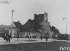 Dworzec kolejowy w Gdyni. Rok 1937 Budynek dworca kolejowego w Gdyni zbudowano w 1926 r. według projektu warszawskiego architekta R. Millera (1882–1945), który zaprojektował również kilka innych dworców w kraju. Dworzec powstał w stylu dworkowym, utożsamianym z polskością. Miał nawiązywać do znanych i zabytkowych form architektonicznych z Warszawy, Krakowa czy Wilna. Street View, Architecture, Tin Cans, Arquitetura, Architecture Design