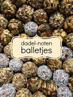 Dadel-noten balletjes (met keuzestress) Healthy Sweets, Healthy Baking, Healthy Drinks, Healthy Snacks, Healthy Recepies, Raw Food Recipes, Appetizer Recipes, Vegan Pastries, Raw Cake