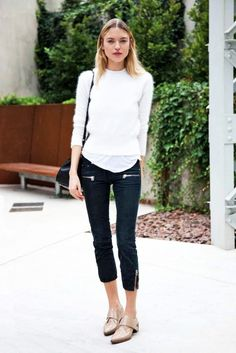 Model-Off-Duty Style: How to Transition Your Cropped Pants to Fall Martha Hunt wears a cropped sweater, t-shirt, cropped pants, and nude oxfords Cropped Sweater, Cropped Pants, Fashion Models, Fashion Outfits, Fashion Tag, Style Fashion, Models Off Duty, Minimalist Fashion, Everyday Fashion