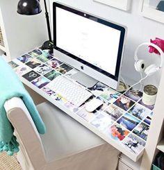 Si tu escritorio tiene una base de vidrio, aprovecha y pon fotos de tu instagram por debajo para lograr exactamente esto