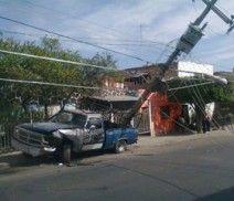 Por la calle Soto y Gama una mujer que conducía una camioneta se impactó violentamente contra un poste de luz, causando serios daños al tendido eléctrico, como lo muestra la gráfica. Foto del reportero ciudadano Lair Íñiguez.