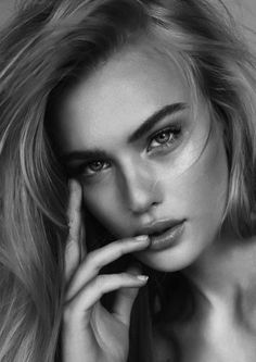 World in Black and white Model Poses Photography, Face Photography, Photography Women, Portrait Poses, Female Portrait, Girl Face Tattoo, Photographie Portrait Inspiration, Bild Tattoos, Black And White Face