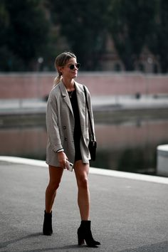 The Street Style Crowd Wore Printed Button-Down Shirts on Day 1 of Milan Fashion Week - Fashionista Milan Fashion Week Street Style, Spring Street Style, Milan Fashion Weeks, London Fashion, Fall Fashion Trends, Winter Fashion, Fashion Hacks, Holiday Fashion, Fashion Tips