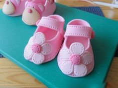 Fondant Baby Shoes Tutorial by Deborah Hwang Cakes I have found this great tutorial with lots of photos on how to make these little cut. Baby Cakes, Baby Shower Cakes, Girl Shower Cake, Cupcake Cakes, 3d Cakes, Fondant Toppers, Fondant Figures, Cake Decorating Techniques, Cake Decorating Tutorials