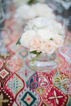 tischdeko hochzeit blumendeko weiße rosen bunte ethno tischdeko
