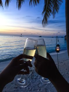Maldives : Gili LankanFushi – No Shoes, No News! Gili Lankanfushi, Alcohol Aesthetic, My Life Style, Relaxing Bath, Luxe Life, Adventure Awaits, Summer Drinks, Aesthetic Pictures, Maldives