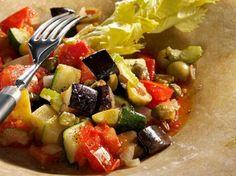 La caponata è uno dei piatti tipici della cucina siciliana. La versione classica contiene vari ortaggi, per lo più melanzane, conditi con sugo, cipolla, olive e capperi.