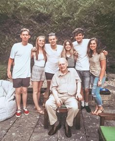 Harry with his family❤