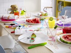 When everyone feels involved, it's a real family meal Catalogue Ikea, Ikea Home, Colorful Party, Family Meals, Plastic Cutting Board, Home Furniture, Birthday Parties, Table Decorations, Kitchens