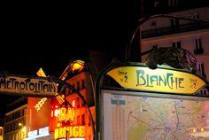 París I. En busca de Amélie en Montmartre - Si todo París desprende un encanto especial desde que lo pisas, el barrio de Montmartre te enamora desde que sales por la boca de metro de la parada Blanche. Sus empinadas callejuelas de las que saldrá Amelie en cualquier momento, sus rincones apenas iluminados con tímidas farolas, el Moulin Rouge que involuntariamente evoca a Nicole Kidman, y en lo alto de la colina, el impactante Sacré Coeur presidiendo la fiesta.  - http://