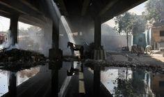 Lichtgestalt:  Ein Ägypter arbeitet im Slum unter einer Hochstraße in Kairo....