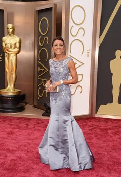 Robin Roberts hosting red carpet coverage for Oscars 2014. This was a beautiful lavender ans silvery dress, especially the top portion with its beading.