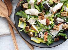 Lækker hjemmelavet cæsarsalat er så lækkert med saftigt kyllingekød, parmesan og god ceasar dressing - som er nem at lave selv - få opskrift her
