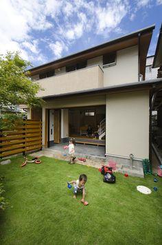 子どもが裸足で走り回れる柔らかい芝生。 Ehime, Can Run, Custom Built Homes, Lawn, Exterior, Studio, Building, Outdoor Decor, Instagram