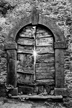 Picturesque door-annei in Toscana (door rustic weathered boards Tuscany black and white door black-and-white photograph rustic weathered) Black White Art, Black And White Pictures, Female Dragon, Pop Art, Art Friend, White Doors, Great Photographers, Photo Black, Light And Shadow