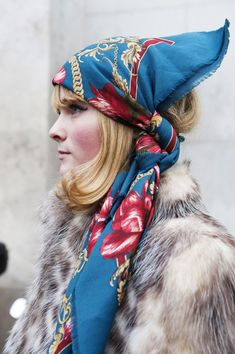 See All the Ace Street-Style Looks Straight From Paris: Protecting your hair from inclement weather is easy with a patterned scarf. Jessica Parker, Bcbg, Russian Fashion, Russian Style, How To Wear Scarves, Scarf Hairstyles, Street Style Looks, Bandanas, Paris Fashion