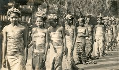 Balinese costumes #2 (Underground PFV Uitgeverij) Tags: girls people bali history indonesia asia southeastasia ceremony culture hinduism 1939 offerings nederlandsindië traditionalcostumes dutcheastindies