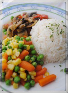 So einen wunderschönen bunten Teller traut man sich doch gar nicht zu essen, oder? Abendessen bei Mama Mia; Reis,Gemüse und Champignonsauce
