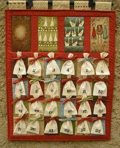 """12 Days of Christmas - adventní kalendář Adventní kalendář ušitý z překrásné kolekce návrhářky Anni Downs, která se inspirovala stejnojmennou koledou. Jedná se o kalendář """"vícemístný"""", který pojme dobroty klidně i pro tři nebo čtyři dítka:-) Stačí rozvázat mašličku a dobroty jsou vaše. Z vázačky pak uvážete ozdobnou mašličku, která symbolizuje další ..."""