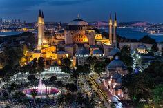 美輪美奐的聖索菲亞博物館Ayasofya與海峽大橋夜景。 ©Mehmet Çetin
