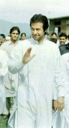 Imran khan in traditional shalwar kameez dress Imran Khan Cricketer, Reham Khan, Pakistan Independence, Classy People, Tree Woman, King Of Hearts, Great Leaders, Muhammad Ali, Shalwar Kameez