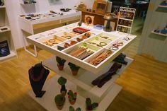 Diseño de tienda a medida, diseño de tienda de artesanía, diseño original de locales, obra y diseño de tienda de artesania Desk, Store, Closet, Furniture, Home Decor, Store Design, Atelier, Totes, Homemade Home Decor