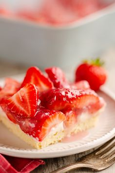 Fresh Strawberry Pie Bars are an easy and delicious summer dessert recipe with a quick sugar cookie crust made from a package and topped with a luscious layer of sweetened cream cheese and strawberry glaze. Summer Dessert Recipes, Dessert Dips, Easy Desserts, Budget Desserts, Lemon Desserts, Fresh Strawberry Pie, Strawberry Glaze, Strawberry Recipes, Lemon Icebox Cake