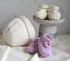 Perfect baby shower gift for the anticipated arrival. A quick knit, with very little seaming for shoes, the hat is knit on circulars, so no seaming required.The quantities below are sufficient for one set of bootees and one hat.