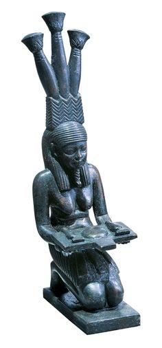 Hapi, el dios del Nilo, con una mesa de ofrendas y tocado con flores de papiro. Museo del Louvre, París.