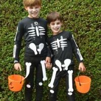 This Homemade Halloween Costume collection - with more than 100 ideas - will spark your creativity. Involve everyone in the process for family fun! Homemade Halloween Costumes, Halloween Boo, Vintage Halloween, Halloween Crafts, Halloween Decorations, Vintage Witch, Halloween Makeup, Disney Costume Makeup, Halloween Stories
