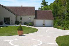 The deactivated concrete, an aesthetic solution for your access to your garage. Aesthetic Solutions, Home Jobs, Garden Design, Concrete, Garage Doors, Sidewalk, Patio, Outdoor Decor, Images