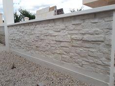 Mur en L préfabriqué pour clôture; finition pierre sèche; en béton armé.