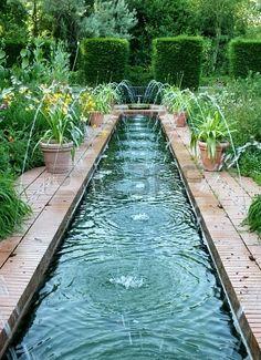 Een kanaal soort waterpartij met fonteinen in een groen park op een zomeravond Stockfoto - 20852925