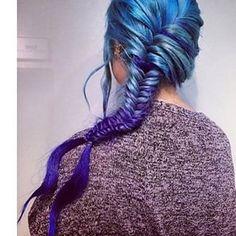 Y la trenza de pescado en tonos azules y verdes se convierte en una verdadera melena de sirena:   Prueba definitiva de que las trenzas se ven mejor con el cabello arcoiris