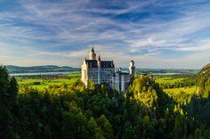 Германия. Юго–западная Бавария. Автор: Александр Федоров Замок Нойшванштайн находится около городка Фюссен и является одним из самых популярных туристических мест Германии. Именно этот замок изображен на заставке, которую зрители видят в начале всех фильмов или мультфильмов компании Дисней.