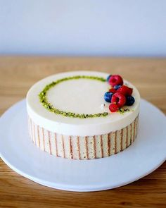 Fruit cake - fresh fruit with cream makes the fruit cake delicious and beautiful, everyone likes it - Page 30 of 37 - zzzzllee Pretty Cakes, Cute Cakes, Yummy Cakes, Low Calorie Fruits, Fruit Birthday Cake, Cake Decorating For Beginners, Gateaux Cake, Beautiful Desserts, Oreo Cake