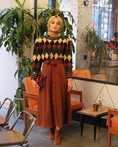 """Instagram'da Aleyna ATALAR: """"Bu saatte fotoğraf paylaşarak değişen instagram algoritmasına karşı çıkıyorum😬 Beni bu haklı mücadelemde yalnız bırakmayın olur…"""" Islamic Fashion, Muslim Fashion, Modest Fashion, Fashion Outfits, Modest Skirts, Modest Outfits, Skirt Outfits, Hijab Stile, Color Combinations For Clothes"""
