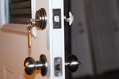 El vocabulario (Sustantivo): Pasador - Barra de metal del cerrojo o pestillo de una ventana o puerta que se introduce en la hembrilla del marco para asegurar el cierre.