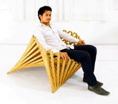 平らな椅子が立体的になる「RISING CHAIR」。Robert van Embricqs氏の作品。収納などに便利。その構造から幾何学模様が形成される。
